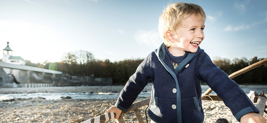 junge mit blauer walkjacke für kinder aus merinowalk, nachhaltig produziert