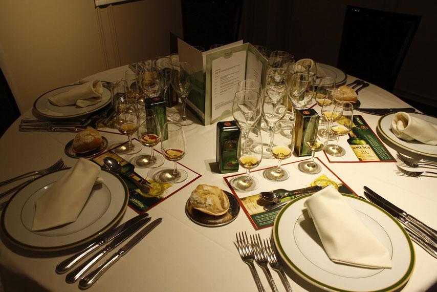 Siéntense, siéntense; que ahora traen los alimentos.- cartoonja.com