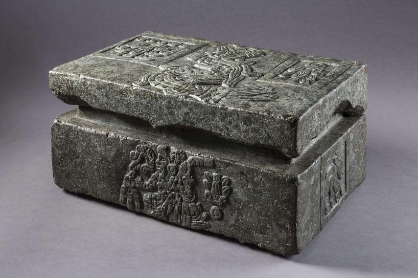 Kleine Steinkiste mit Deckel aus dem Besitz des aztekischen Herrschers Moctezuma II.