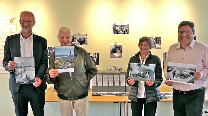 Peter und Herbert Lau übergaben das Lau-Fotoarchiv (im Hintergrund) an Irene Lühdorff (Geschichtswerkstatt) und Bürgermeister Thomas Köppl (v.l.)