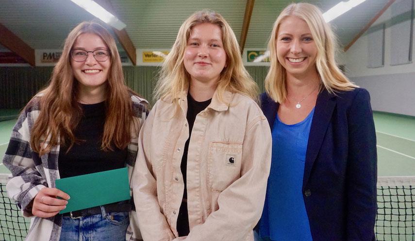 Präsidentin Lena Heidenreich mit Julie Althans und Celine Pähler, zwei Vertreterinnen des Sportlerinnen-Teams des Jahres, der U18-Juniorinnen-Mannschaft aus 2020.