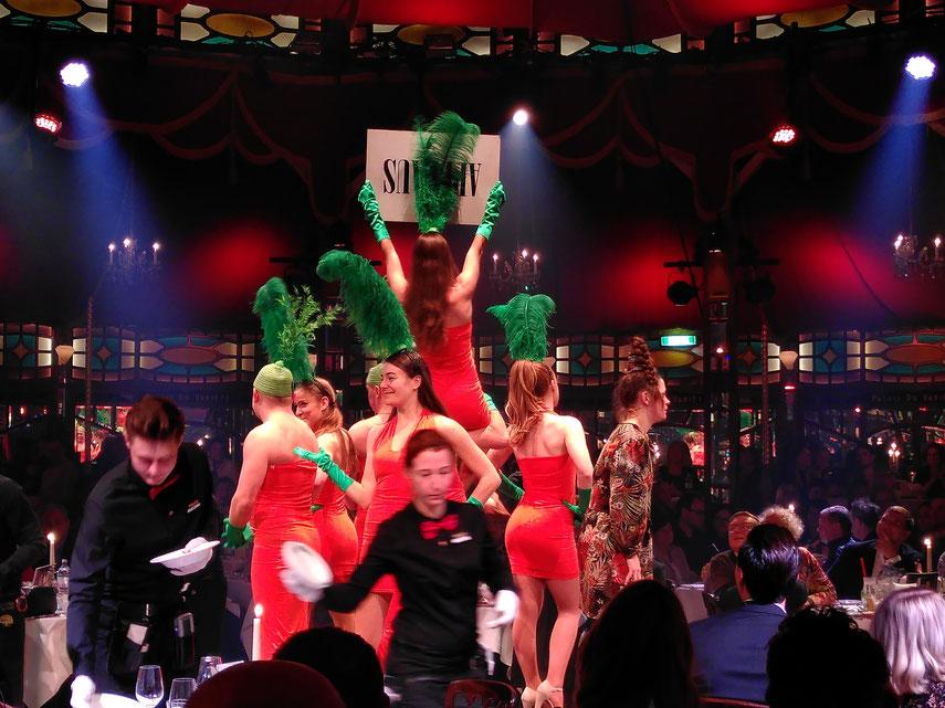"""Hier waren sie gerade am Werken, also die """"tanzenden Karotten"""" auf der Bühne waren. Lustiges Gemüse! :-))"""
