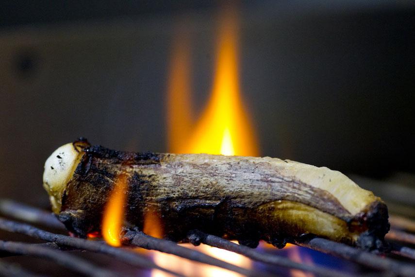 El pulpo a la llama (delicioso) nos sirve de metáfora para evocar la imagen de las hogueras de San Juan