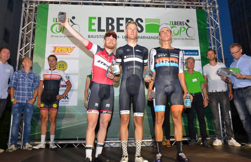 """Die Sieger des Hauptrennens um den """"Elbers-Cup"""" 2017 (v. li.): Dennis Klemme (Stevens Racing Team), Sieger Alexander Nordhoff (Team Kern-Haus) und Vladi Riha (VC Vegesack)."""