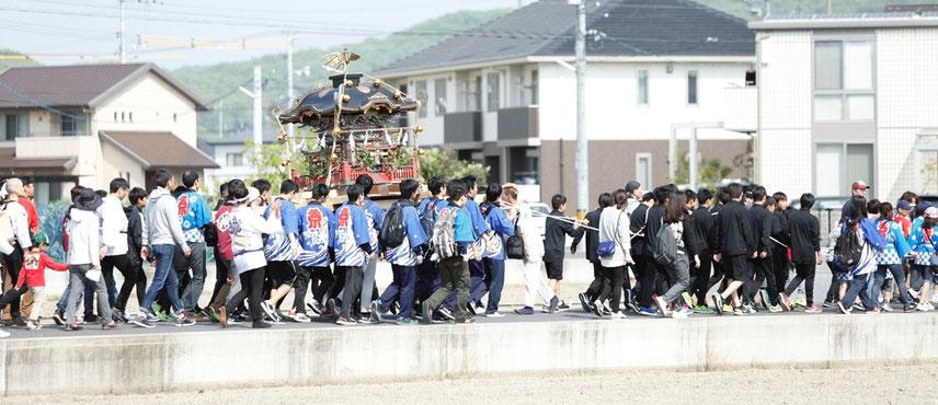 備前国総社宮の春祭りで神輿を担ぐ学芸館高校の生徒ら