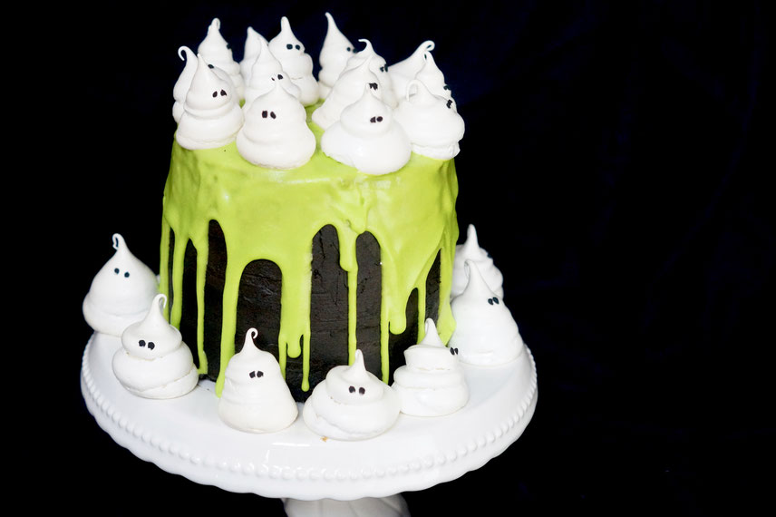 Halloween Bakery: black Velvet Ghost Cake