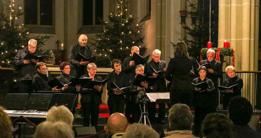 """Ebenfalls zu Gast beim Adventskonzert: der Kirchenchor Cäcilia unter der Leitung von Irina Skuratovska. Der Chor sang beispielsweise """"Ave Maria"""". Foto: Klapproth"""
