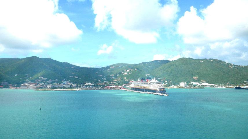 Auslaufen aus dem Hafen von Road Town auf Tortola