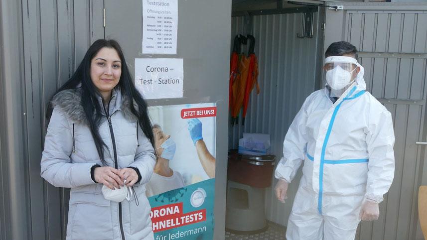 Dr. Oronas Ghulam (links) freut sich, in Quickborn-Heide eine Drive-in-Teststation anbieten zu können