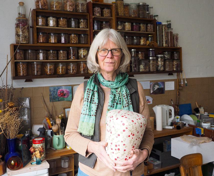 Die Bestattungs- und Trauerkultur ist im Wandel weiß Ina Hattebier, hier in ihrem Atelier in Hamburg-Altona. Foto: Christoph Schumann, 2020