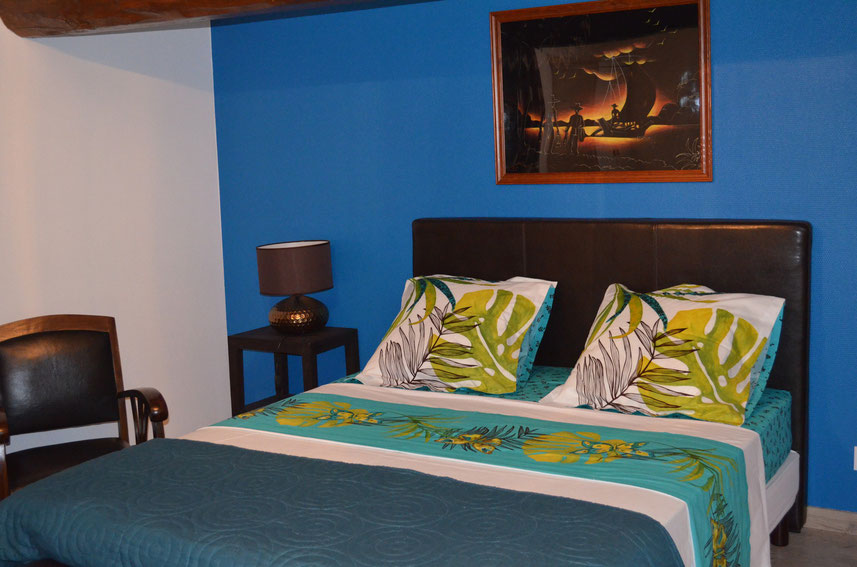 Thambapanni est une chambre double ,décor exotic et coloniale avec une grand  lit de 160x200 salle de bain privée  et mordern