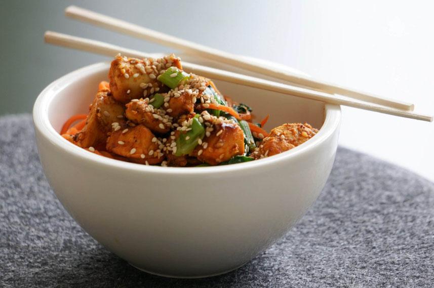Asiatische Moehrennudelpfanne mit Haehnchen und Spinat