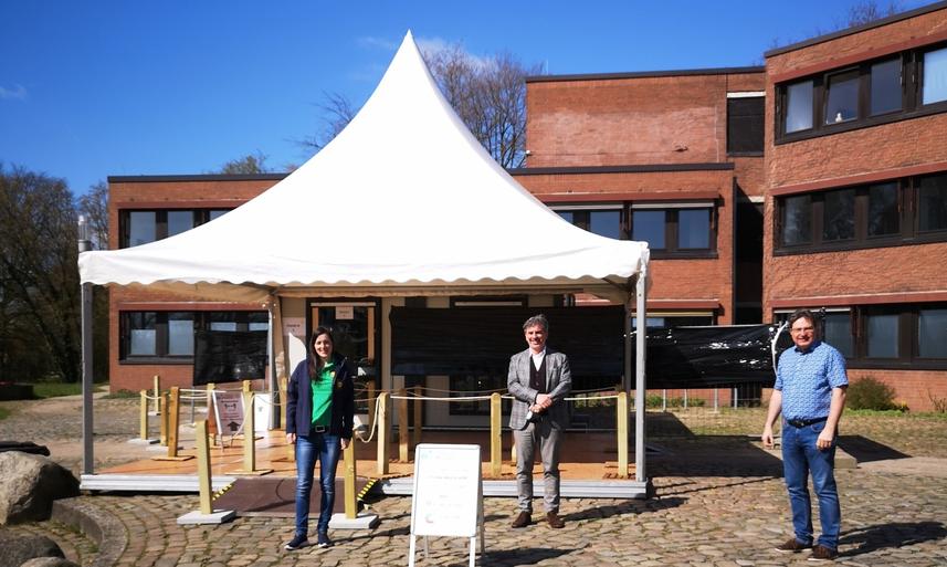 Präsentieren das neue Testzentrum: Laura Verlage (Jamo), Dr. Panos Memetzidis (Leiter Stadtwerke ) und Bürgermeister Thomas Köppl