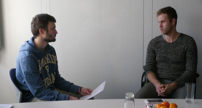 Lässiger Typ! Julian Reister (30) gibt Tackling-Reporter Piet (li.) interessante Einblicke in seine Tennis-Karriere.