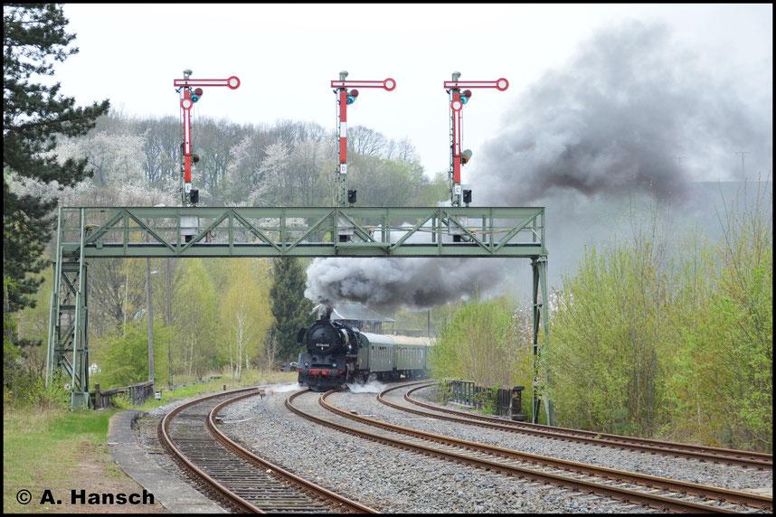 Leicht angebremst und mit krachenden Auspuffschlägen kommt der Zug wieder um die Kurve