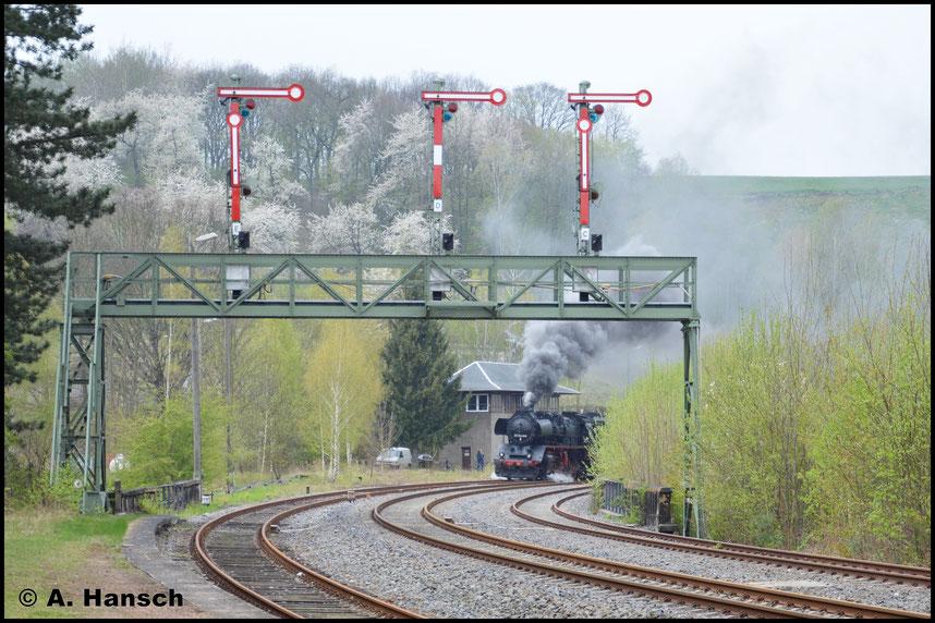 Absolut pünktlich erreicht 50 3648-8 den Bahnhof Roßwein. Langsam wird das kleine Stellwerk passiert