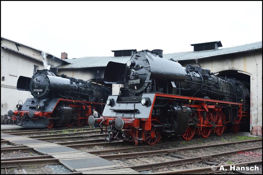 Zuglok 50 3648-8 neben 23 1113. Der Heizer ölt die Lok ab