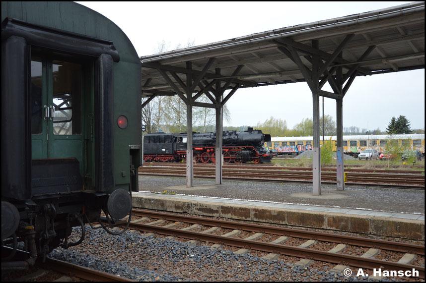 Im Vordergrund der Zug und im Hintergrund die Zuglok
