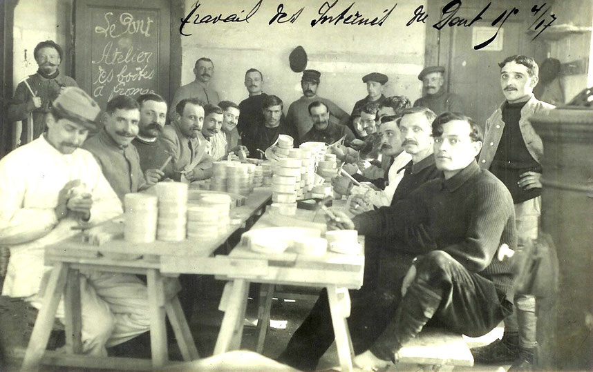 French and Belgium captives from 1916 are transporting boxes full of Vacherin cheese from the Rochat – Golay enterprise to the buildings of the Mon-Désir hotel