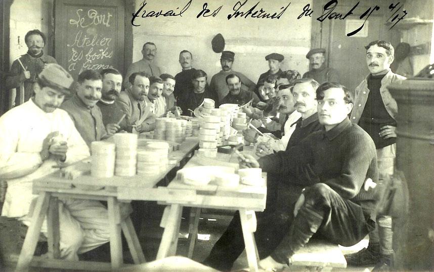 Französische und belgische Kriegsgefangene von 1916 transportieren Vacherinschachteln für die Unternehmung Rochat-Golay in die Gebäude des Hotels Mon-Désir