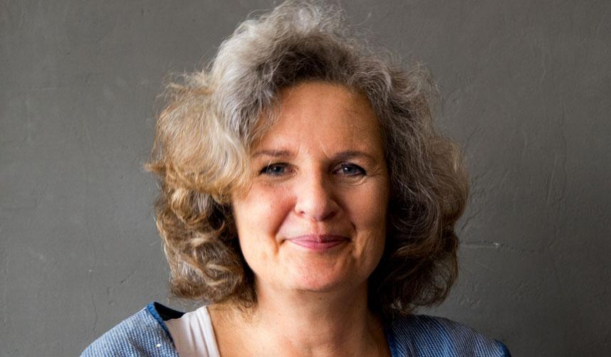 Ulrike Wünnemann bei der Recherche zum Lebensalbum