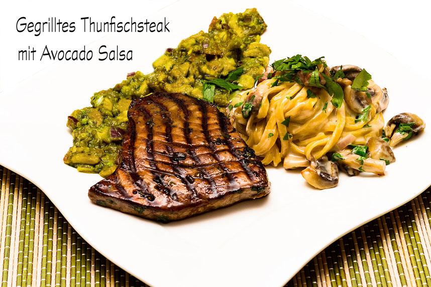 Gegrilltes Thunfischsteak mit Avocado-Salsa und Bandnudeln mit Pilzen-Rezept
