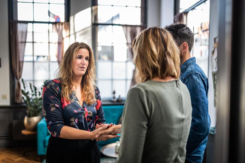 Kim Kromwijk-Lub in haar relatiepraktijk in Enkhuizen ontvangt hartelijk stellen