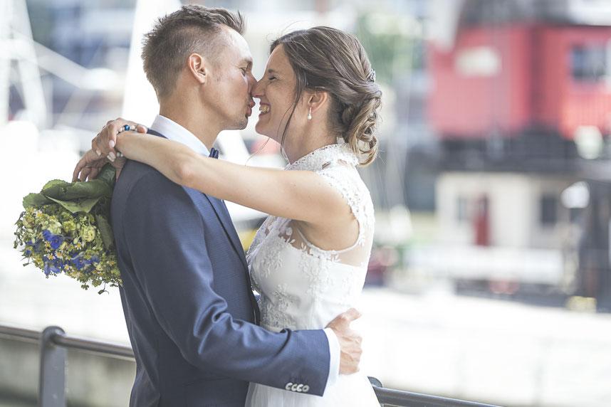 Hochzeitsfotograf Hamburg - glücklich frisch verheiratet in der Hafencity