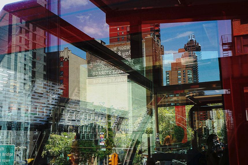 Mathieu Guillochon, photographe, New York, Manhattan, téléphérique, West Side, rouge, bleu, reflets, gratte ciels, couleurs, voyage, Amérique, USA