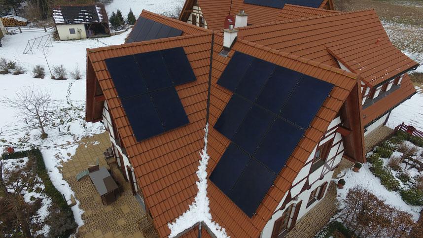 SunPower Solaranlage auf einem Einfamilienhaus © iKratos