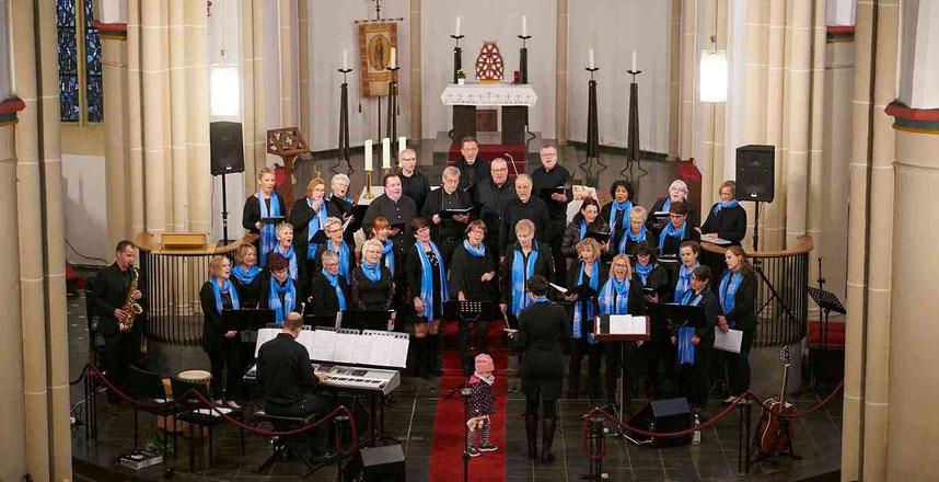 Die GospelVoices Holzweiler und der Chor Spiritual Soundwaves aus Mönchengladbach in Aktion. Foto: Renate Resch