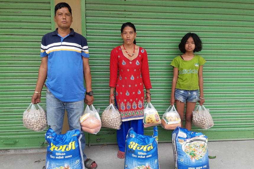 Familie mit Lebensmittelpaket
