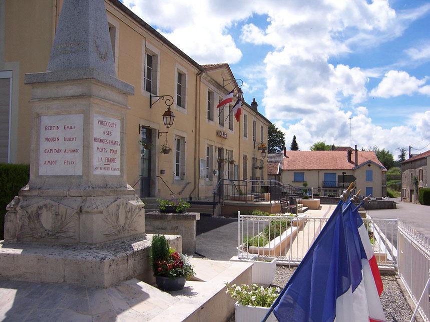 La mairie et le monument aux Morts