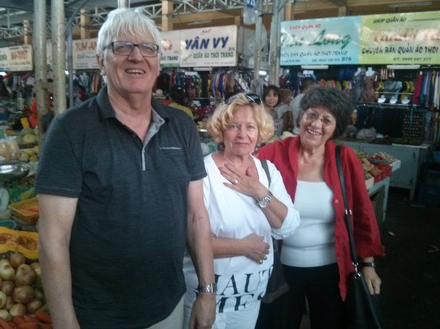 Helmut, Elke und Hannelore auf dem Xom Moi Markt