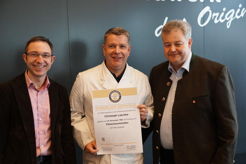 Christoph Laschke mit dem Fleisch-Sommelier-Zertifikat und 2 Dozenten