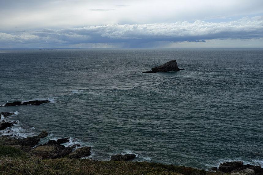 Mathieu Guillochon photographe, rivages, Bretagne, Côtes d'Armor, mer, nuages, pluie, lointains, bleu, gris, noir, blanc, après midi, récif, voyage, la Manche, France