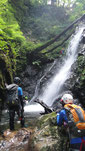 まず最初の滝!、滝つぼを少し泳いで向う岸に。