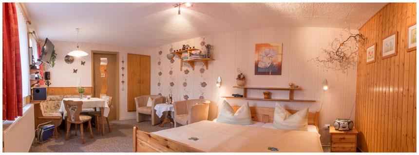 Es erwartet Sie eine gemütliche, mit viel Liebe zum Detail eingerichtete Ferienwohnung für zwei Personen in ruhiger Lage.