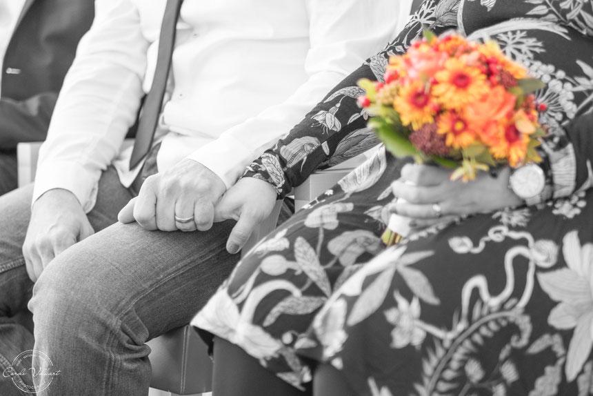 Brautstrauss, Ziviltrauung, verliebte Hände, Ehering, Hochzeit, Hochzeitsfotografie, Hochzeitsfotos