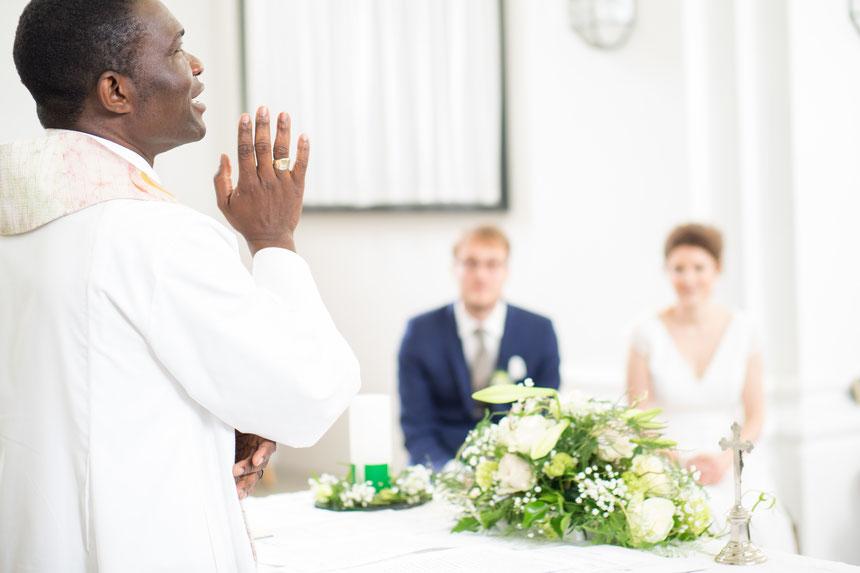 Pfarrer und Hochzeitspaar während kirchlicher Trauung in Kapelle in Zug, Hochzeitsfotograf