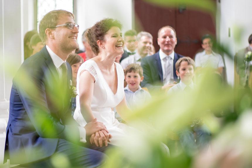 Glückliches, lachendes Hochzeitspaar in Hochzeitskapelle in Zug, Hochzeitsfotografie