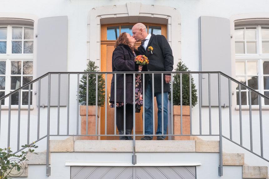 Hochzeitspaar küssend, Hochzeitsfotografie, Hochzeitsfotograf, Arlesheim Standesamt