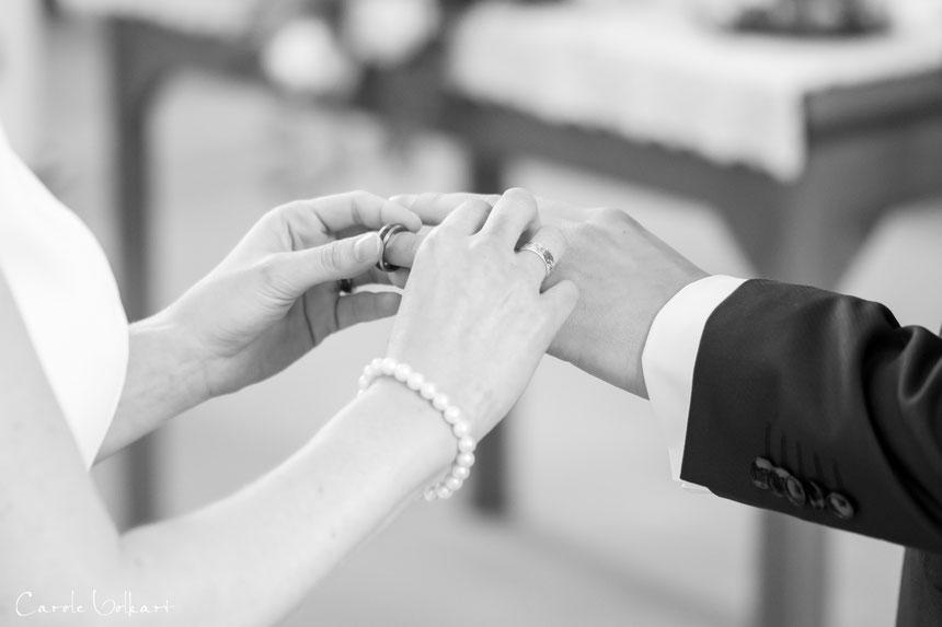 Ringübergabe bei kirchlicher Trauung in Zug, Hochzeitsfotos