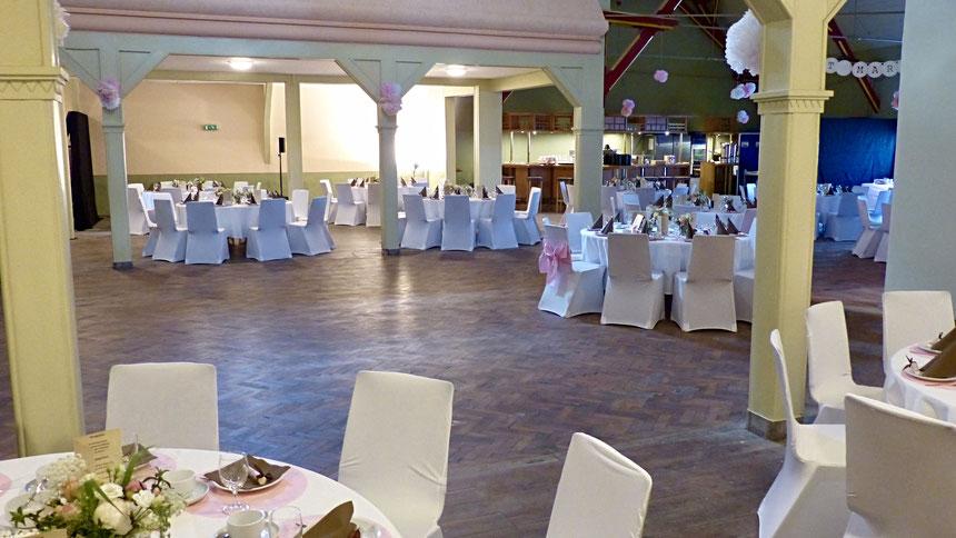 Tanzfläche und für alle Feierlichkeiten und Anlässe genügend Platz in einem festlichen Rahmen.