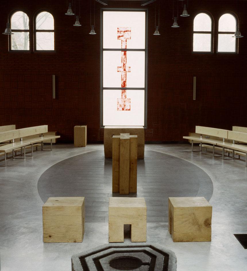 Die neue liturgische Achse: Taufe - Priestersitz - Ambo - Mitte - Altar - Kreuz