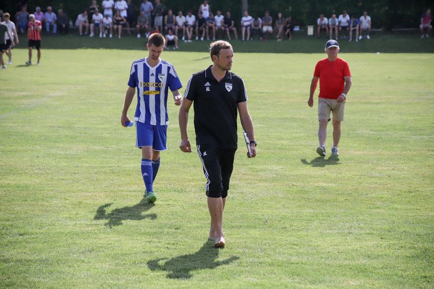 Foto (Raphael Most): Das war noch nix – Die Mienen von FCE-Coach Andi Lehner (vorne) und Fabian Zehentbauer (links dahinter) zur Halbzeit sprechen Bände