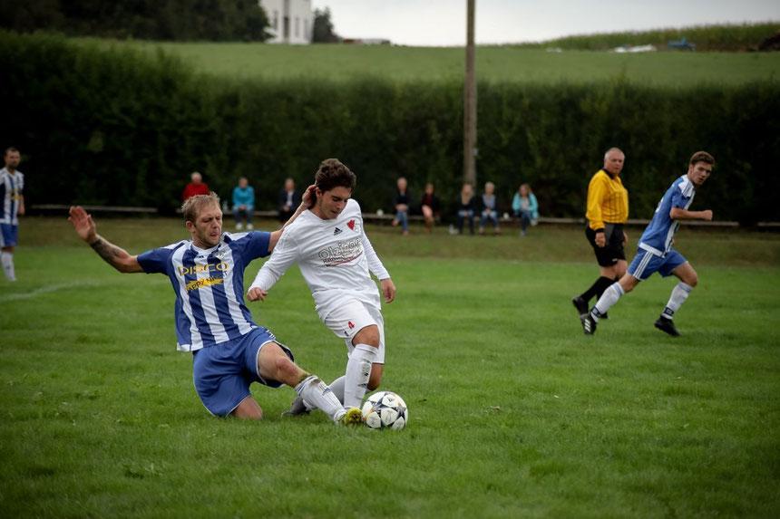 Foto (Raphael Most): Stets vollen Einsatz beweist Florian Hagenberger – wie in diese Szene aus der letzten Saison gegen Ergolding II