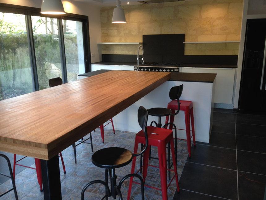 Table repas H 10 cm chêne lamellé collé finition huilé effet mouillé.