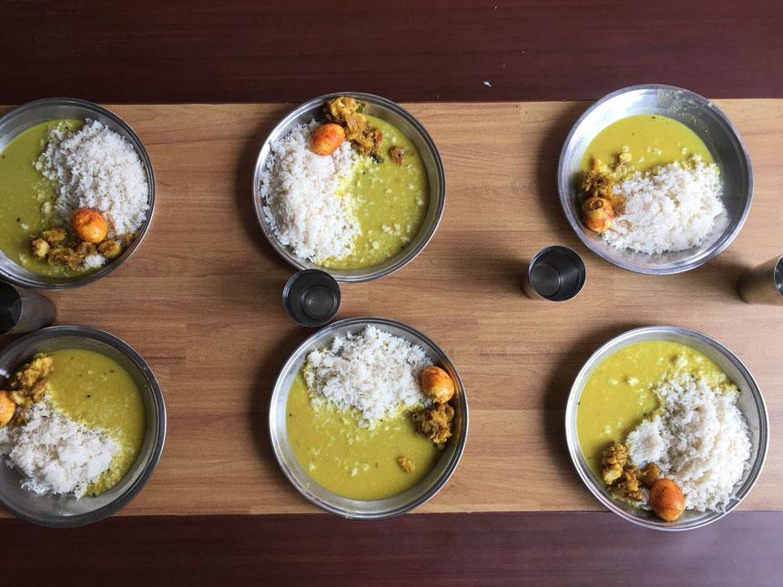Dal Bhat, Nepal, Tisch, Haus der Hoffnung, Teller, Becher, Reis, Linsensoße