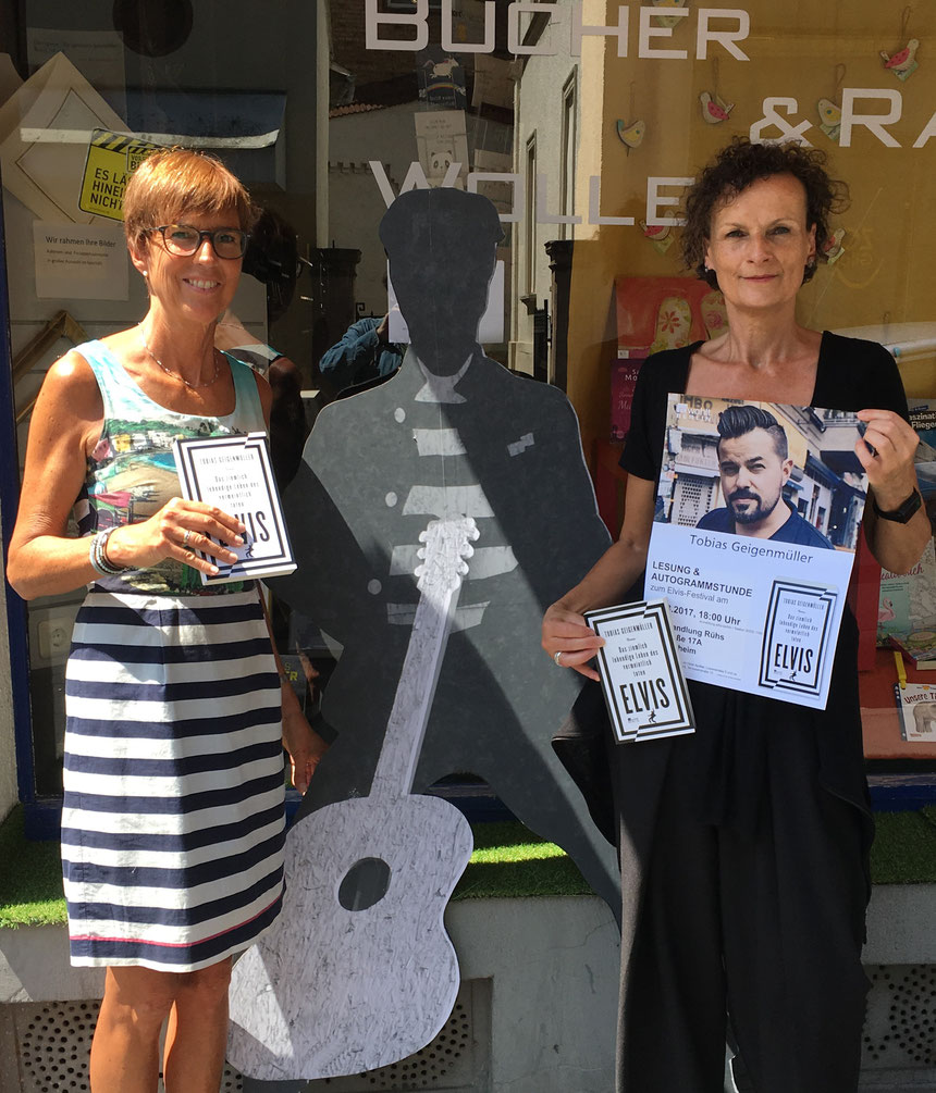 Tobias Geigenmüller aus Berlin präsentiert sein Buch ELVIS in der Buchhandlung Rühs, Karlstraße 17a - Kirsten Rühs (links) und Beatrix van Ooyen als Teamplayer - Foto: Initiative Elvis in Bad Nauheim, 05.07.2017
